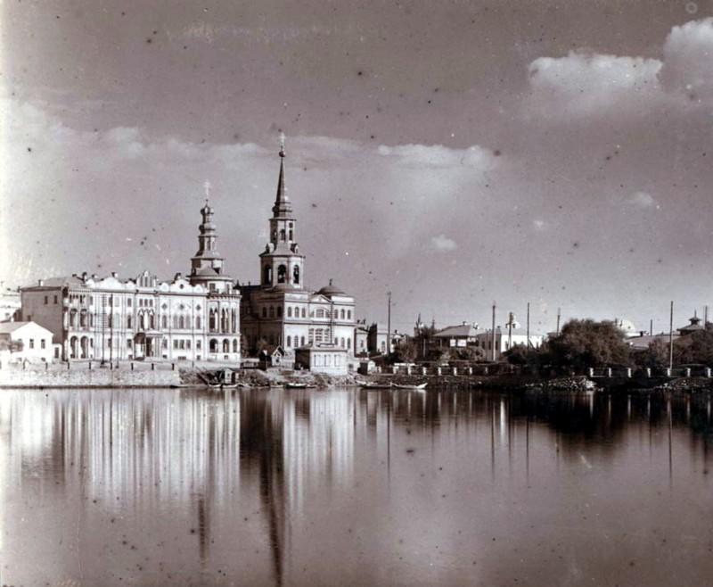 Вот так выглядели Плотинка, дом Севастьянова и Екатерининский собор в 1910 году (фото с сайта myprovincia.ru)