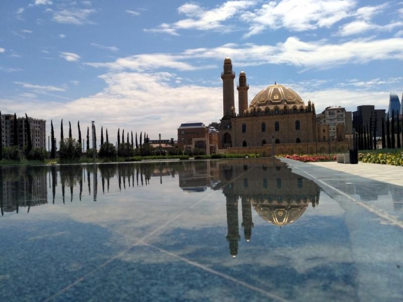Немолодая мечеть (1914 год) была реконструирована в 2005-2009 гг. по поручению Президента Азербайджана Ильхама Алиева. Когда подрастут молодые деревья, это будет просто райское место