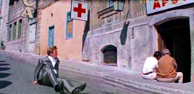 Ну, разве похоже? Фонаря нет, аптеки нет, красный крест не висит! И коврика нет…