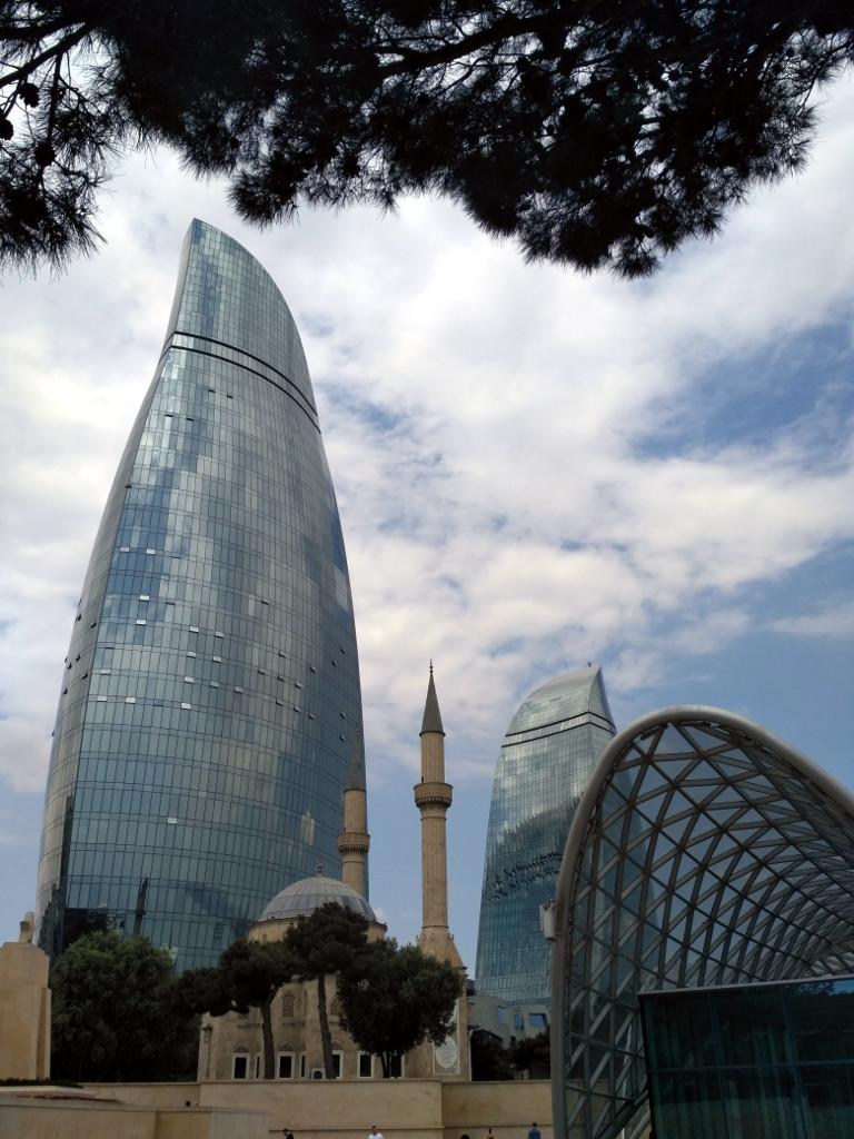 Верхняя станция фуникулера и турецкая Голубая мечеть на фоне Пламенных башен