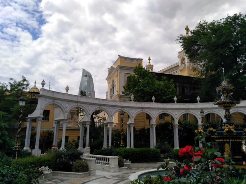 Филармония имени Муслима Магомаева – это желтенькое оштукатуренное (большая редкость в Баку!) и очень симпатичное здание