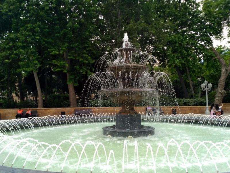 Когда на улице 30, пройти мимо фонтана и не зачерпнуть ладошкой просто невозможно!
