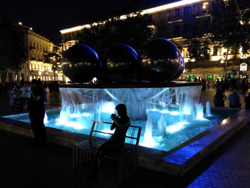 Бронзовая девушка для фото у фонтана в перерыве между съемками поправляет макияж… Даже ночью... Вот что значит - профессионал!