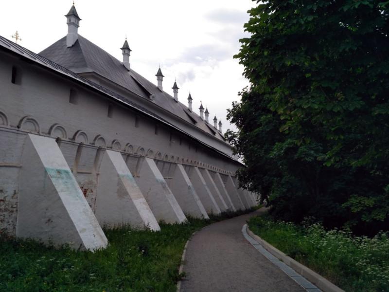 За мощной монастырской стеной – крыша и печные трубы Царского дворца Алексея Михайловича