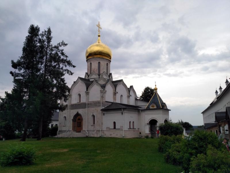 Меня всегда поражала разница между внешним и внутренним видом старинных русских храмов. Снаружи он обычно белый-белый, молодой и красивый. А внутри – тёмный, как будто закопченный временем и древний-древний.