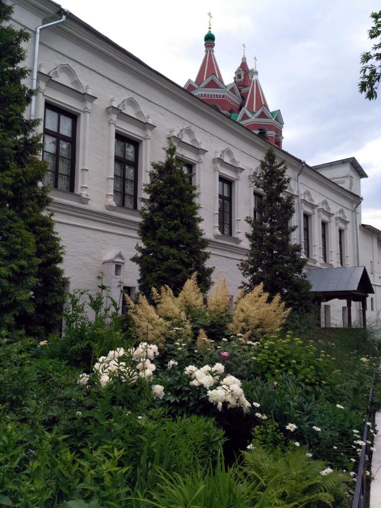 Цветник перед Трапезной палатой