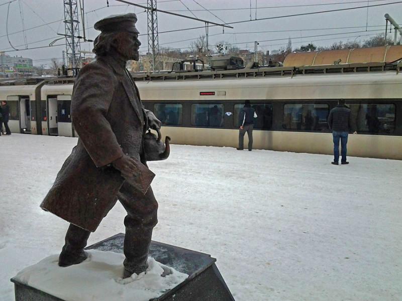 Все пути на Юг, к теплому морю, шли через Харьков. Ещё отец Федор отстал тут от поезда по дороге в Баку, когда бегал за кипяточком. Знаменитое место! Фото с сайта dozor.kharkov.ua
