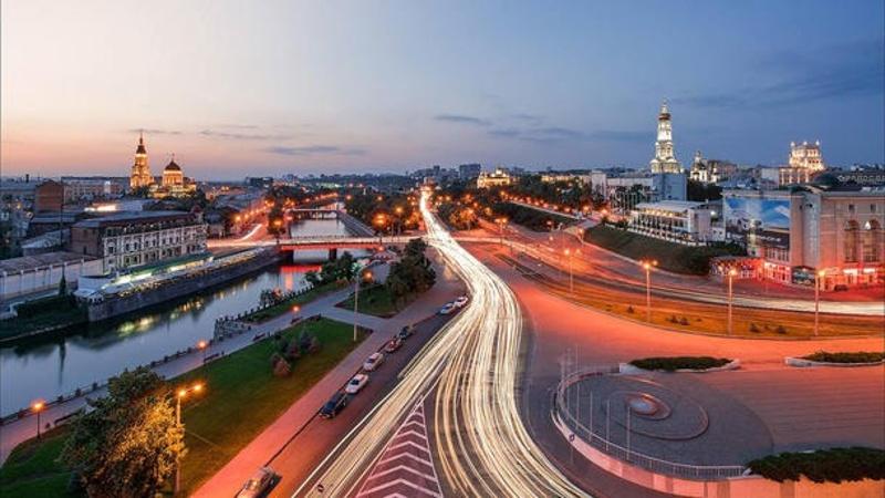 Одна из центральных и самых красивых площадей города на стрелке рек Лопань и Харьков – Павловская
