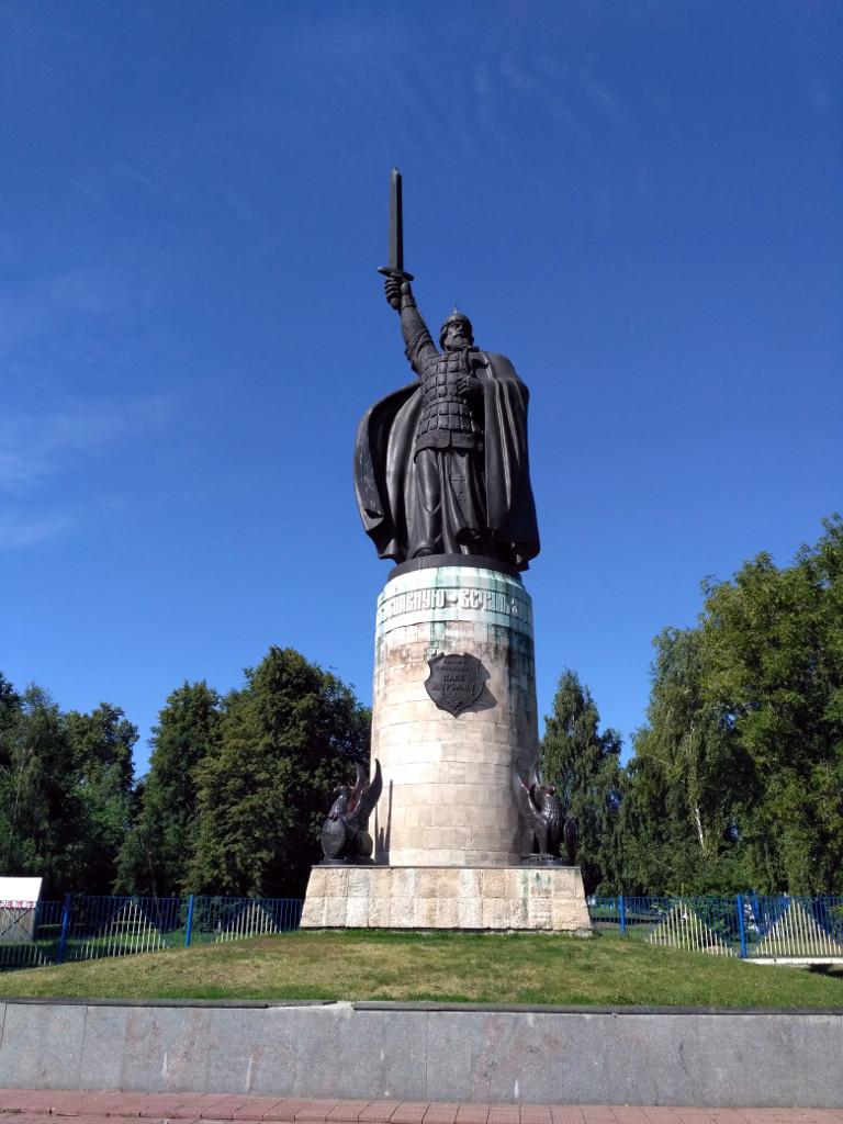 Памятник Защитнику Русской земли, святому преподобному Илье Муромцу на берегу Оки