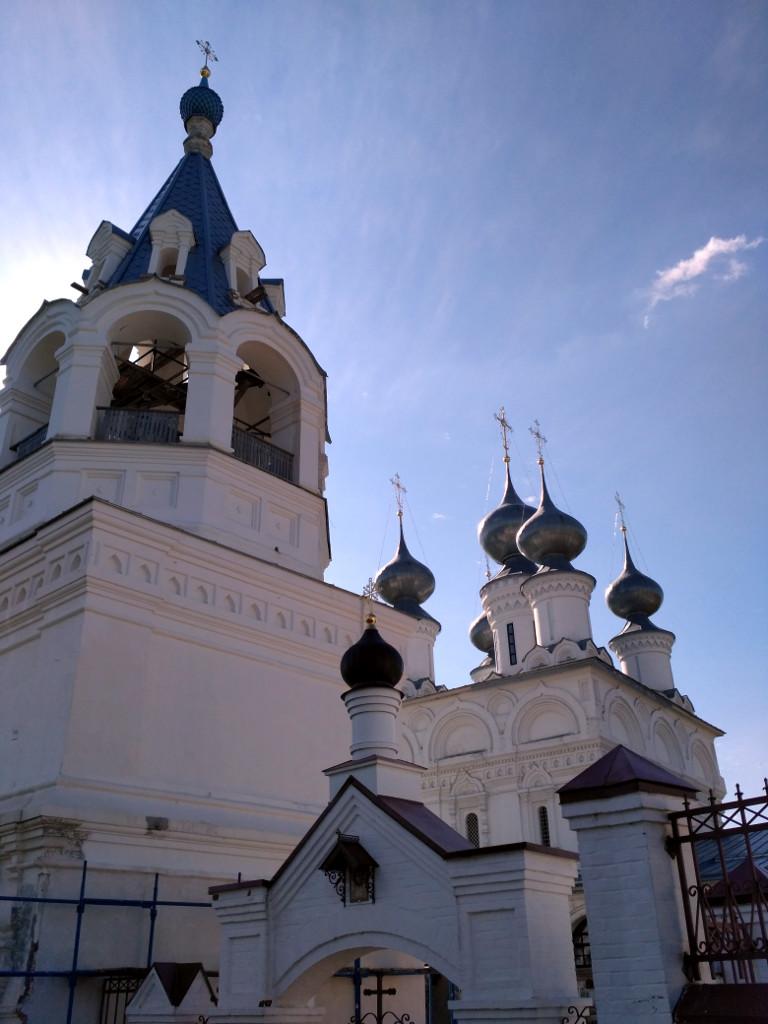 Парадный вход в монастырь и шатровая надвратная Введенская церковь. За ними – пятиглавый Воскресенский собор.