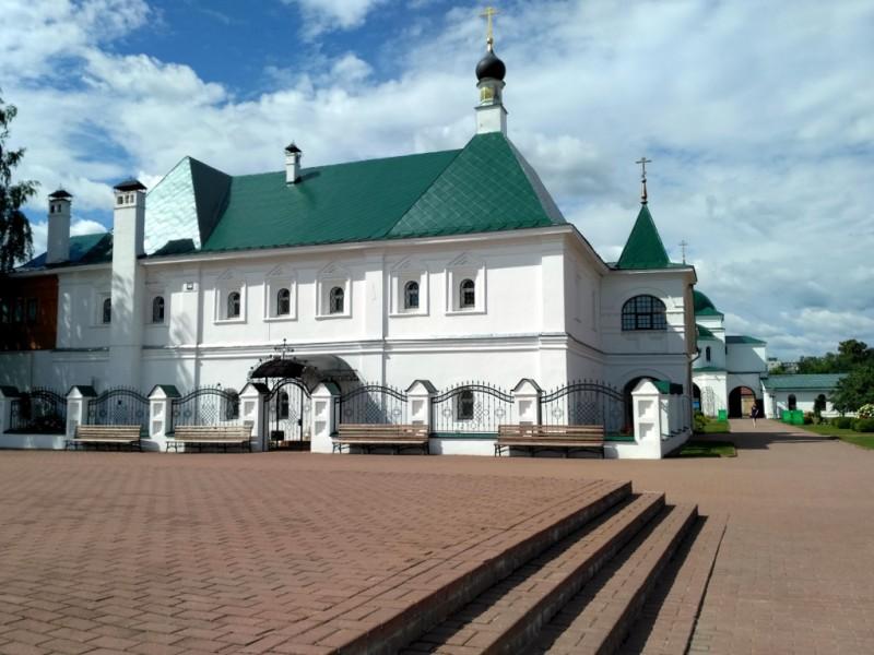 Настоятельские палаты построены на личные средства того самого митрополита Варсонофия во второй половине XVII века