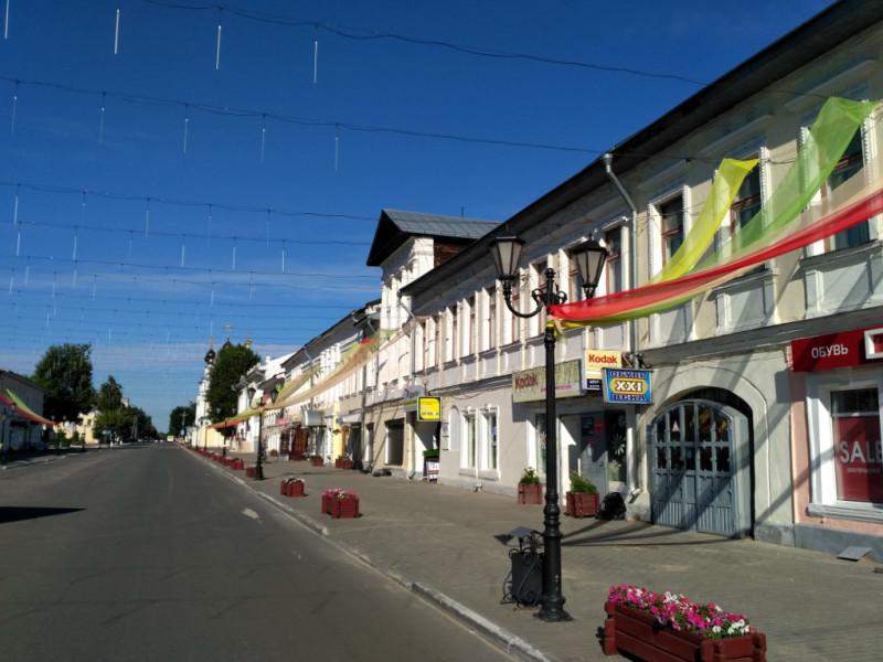 """Московская улица. Купеческие дома так и стоят с XIX века. А украсили их к большому городскому празднику – """"Дню семьи, любви и верности"""""""