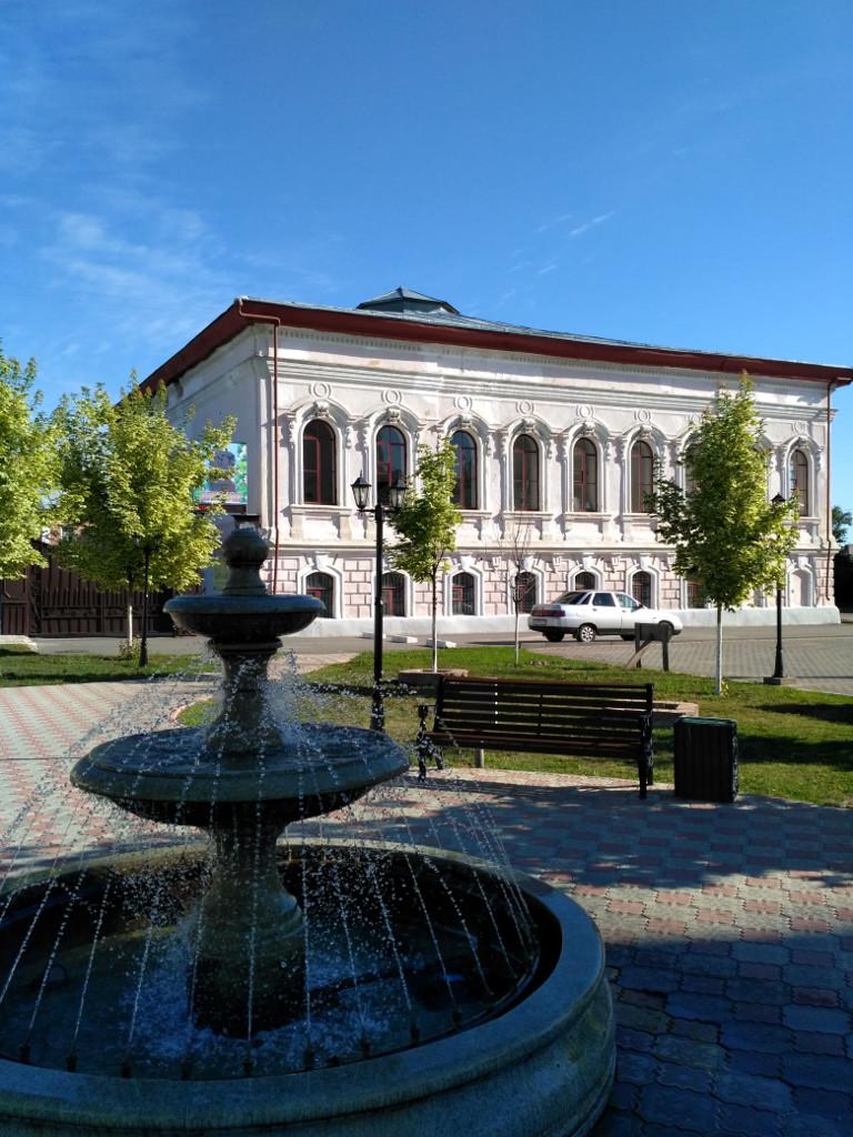 Здание Земской управы и маленький, но симпатичный сквер перед ней на Московской улице