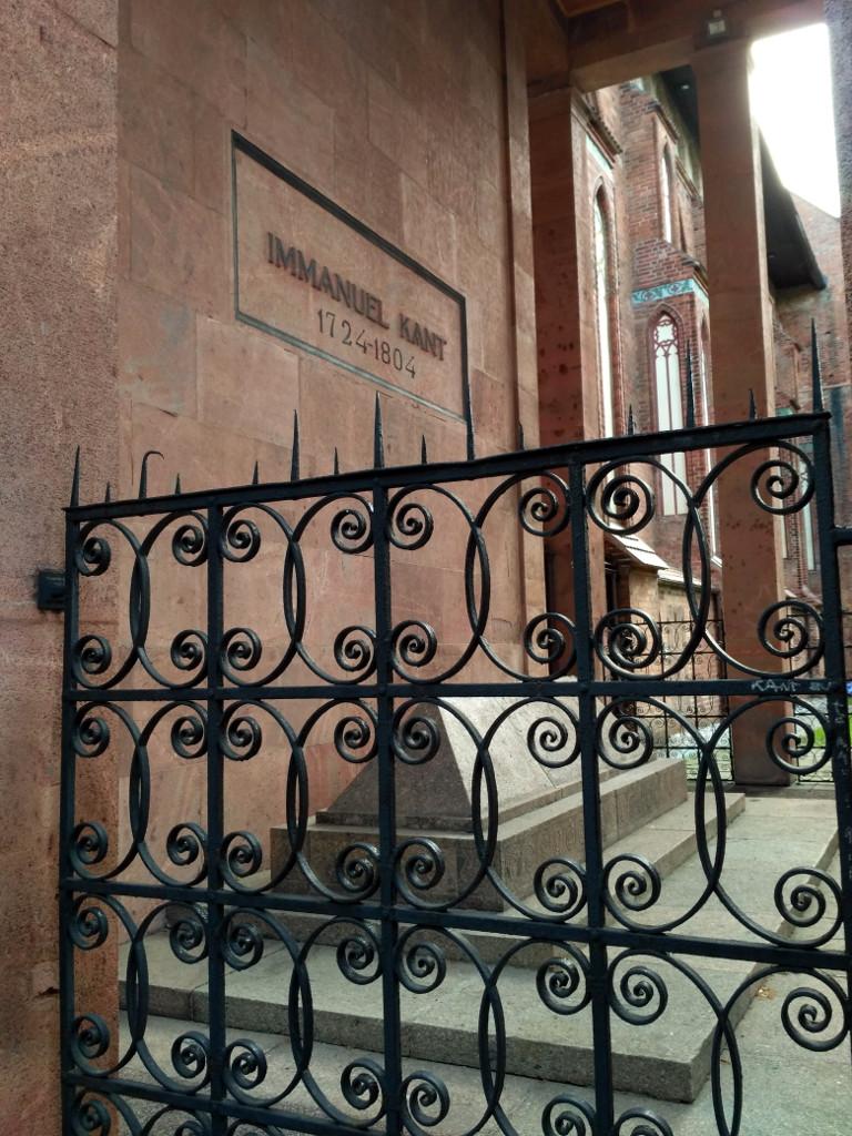 """Вот она, """"спасительница"""" – могила Иммануила Канта, на бывшем """"профессорском"""" кладбище под стенами собора. Почему она здесь? Потому что напротив собора находилось здание Кенигсбергского университета, профессором которого великий философ был почти 40 лет"""