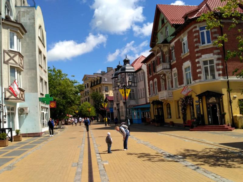 Пешеходный Курортный проспект, как и положено, наполнен небольшими кафешками (где, кстати, готовят чудные десерты), магазинчиками сувениров и прочими, столь важными и нужными для туриста местами