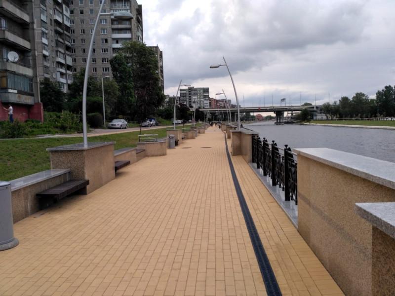 Новая современная набережная на правом берегу Новой Преголи и Второй Эстакадный мост (2017 г.)