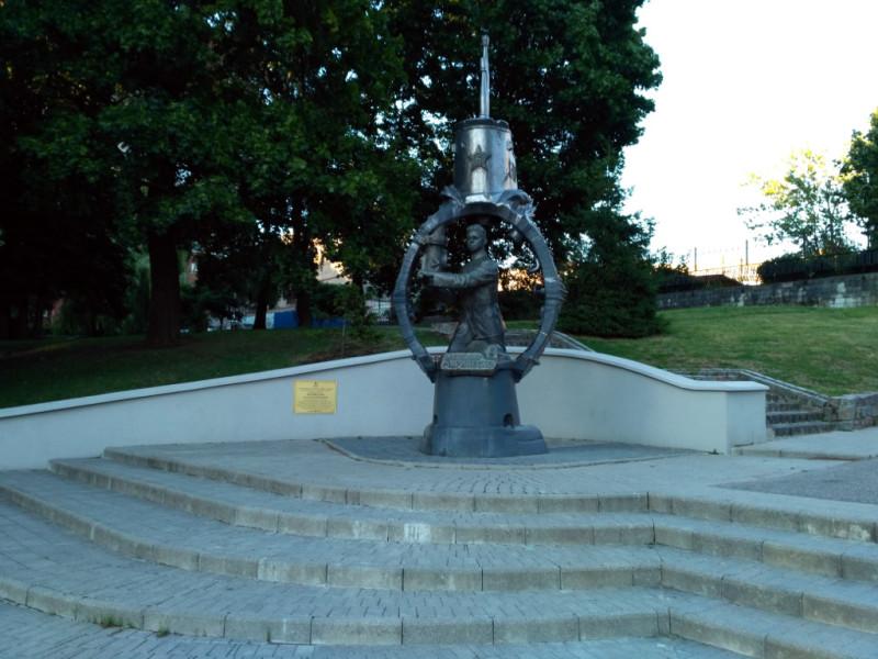 Памятник знаменитому подводнику – одно из главных украшений набережной