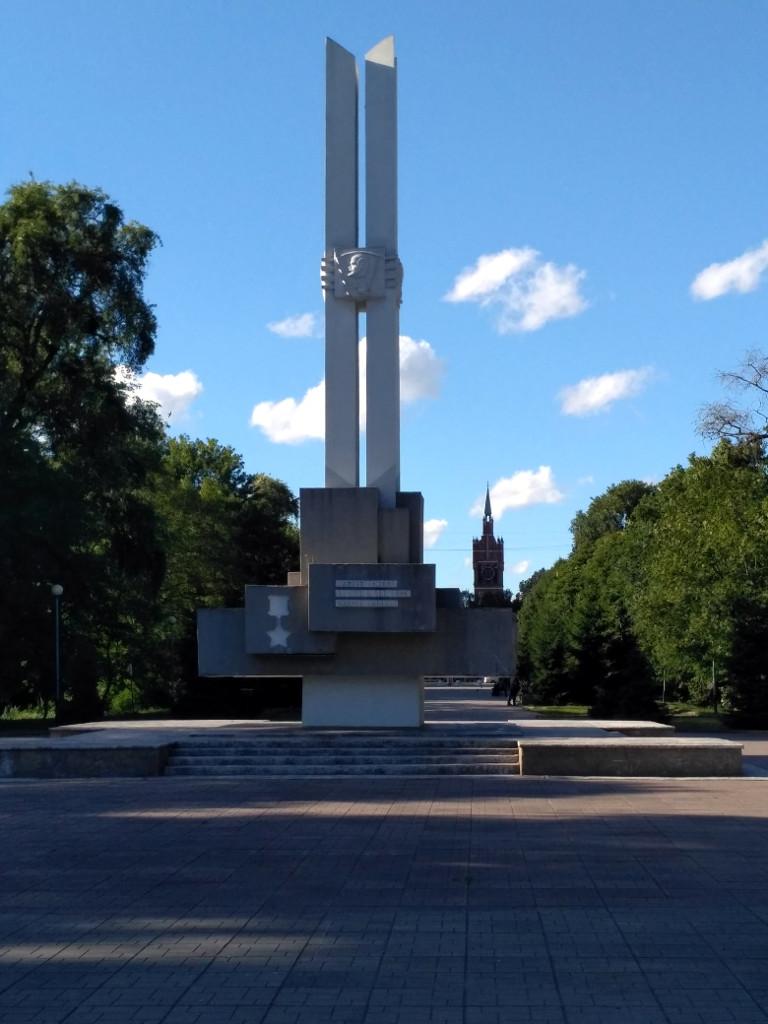 Южный парк. Памятник героям-комсомольцам, погибшим при взятии Кенигсберга и кирха Святого Семейства на заднем плане