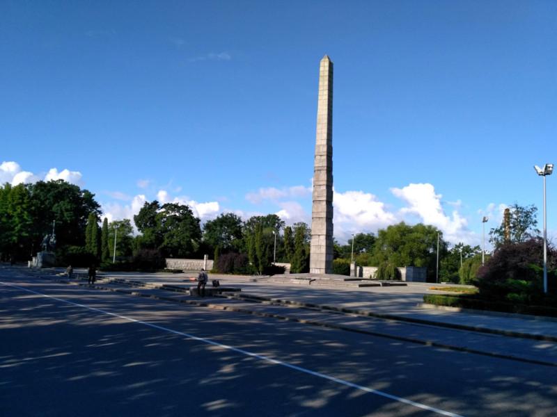 Памятник 1200 гвардейцам 11-й армии, погибшим при взятии Кенигсберга. Памятник (один из первых в стране мемориалов в память о Великой Отечественной) открыт 30 сентября 1945 года!