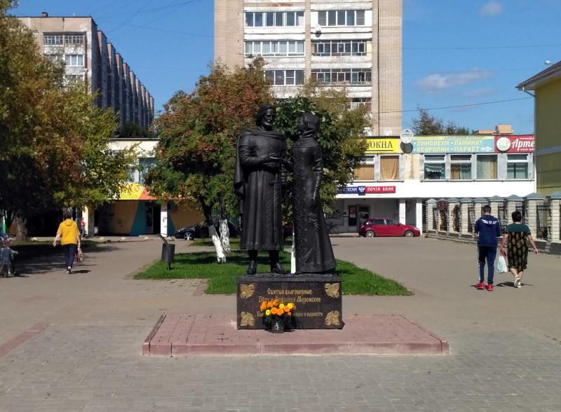 Неизменные Петр и Феврония. Но в Обнинске они тоже какие-то интеллигентные и современные. Вам так не кажется?