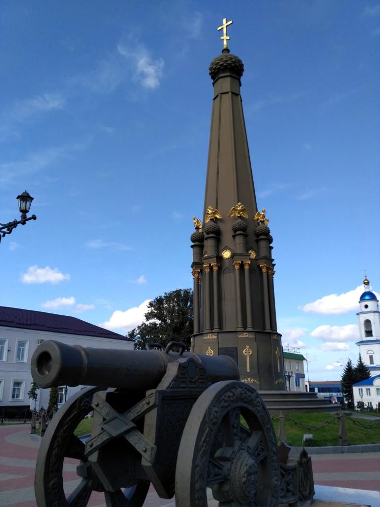 Монумент-памятник в честь героев сражения под Малоярославцем (1844 г.). Разрушен в 1930 г., восстановлен в 2010 г.