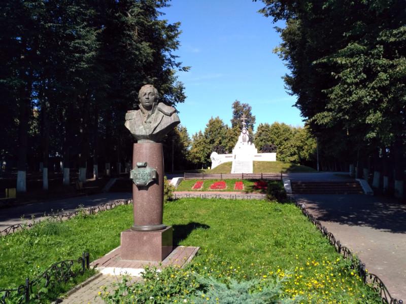 Бюст Кутузова и мемориал 1812 года в сквере 1812 года