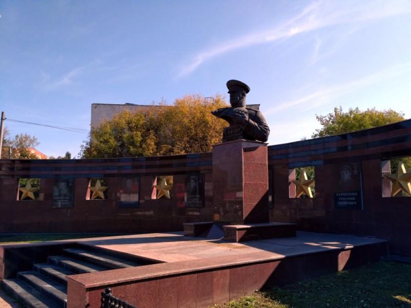 Мемориал на площади Жукова. Между прочим, маленький Малоярославец дал стране ВОСЕМЬ героев Советского Союза! А сам великий полководец – почетный гражданин Малоярославца. Именно отсюда в 1915 году он уходил на службу в армию, ставшую его судьбой
