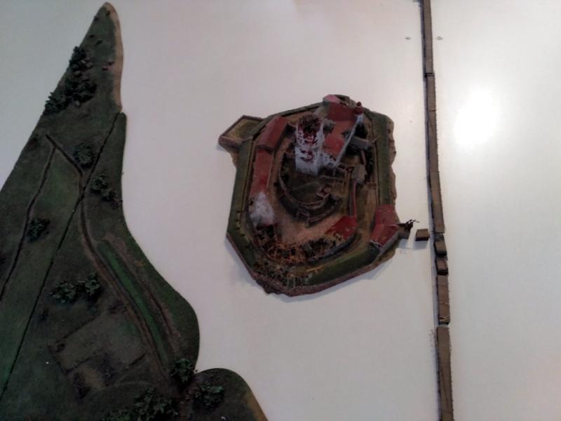 Деталь выставленной в замковом музее большой модели городских укреплений Выборга во время штурма 1710 года, демонстрирующая разрушения самого замка от огня осадных орудий. Серьезно ему досталось!