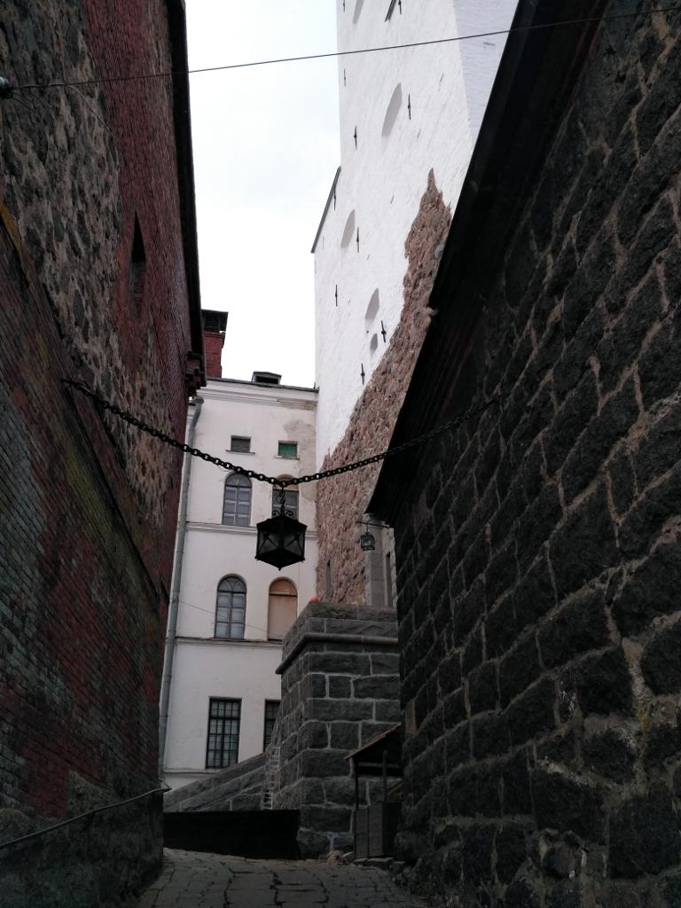 Вход во внутренний двор замка внушает…