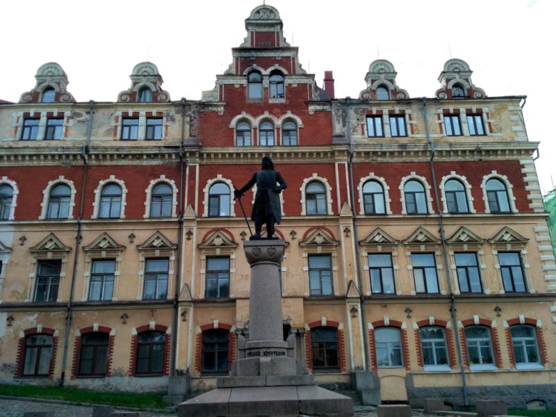 Здание городской ратуши на площади Старой ратуши и памятник основателю Выборга – Торгильсону Кнуттсону, на момент принятия судьбоносного для города решения и.о. (регента) короля Швеции