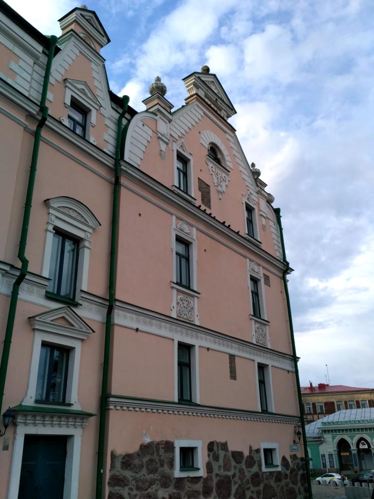 Справа, на противоположной стороне площади виден кусочек гауптвахты (1776 г.), сегодня работающей сувенирным магазином