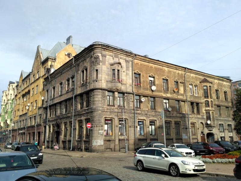 """Бывшее здание Национального акционерного банка (1901 г.), сегодня – жилой дом, что сразу видно по его """"аховому"""" состоянию"""
