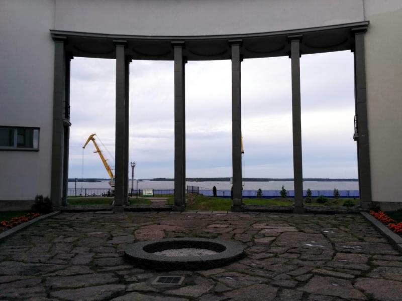 За колоннадой открывается неплохой вид на Выборгский залив. Жаль только его портят портовые сооружения. Но что поделаешь, работать тоже где-то людям надо. На одних видах не проживешь.
