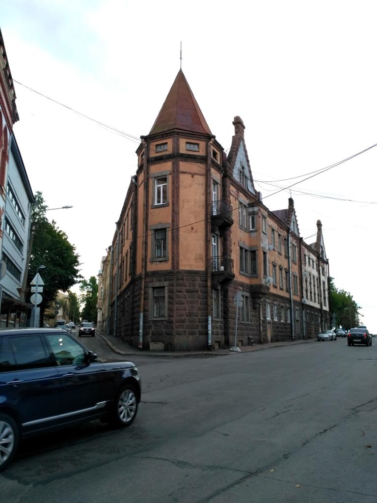 Знаменитый выборгский дом-утюг (1898 г.) обосновался как раз на углу Выборгской улицы