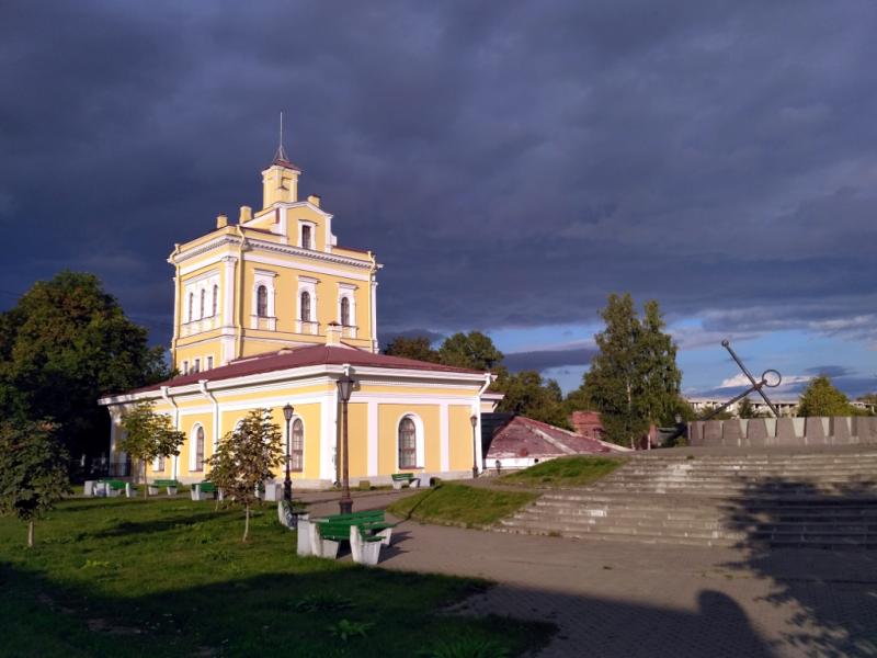 В Кронштадте даже солнечные часы (справа) сделали из корабельного якоря! Кстати, Кронштадт может похвастаться первым в России городским водопроводом, существующим с 1804 года.