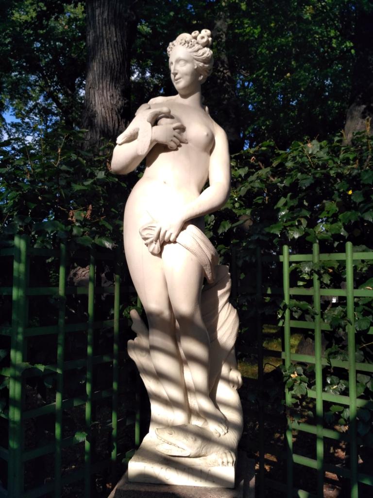 """""""Сладострастие"""". Скульптор начала XVIII века явно не страдал отсутствием фантазии. Если дама столь нетривиально использует птичку, страшно представить, что она будет делать с этой зубатой тварью у её ног! Надо же, раз 100 был здесь и ни разу на неё внимания не обращал!"""