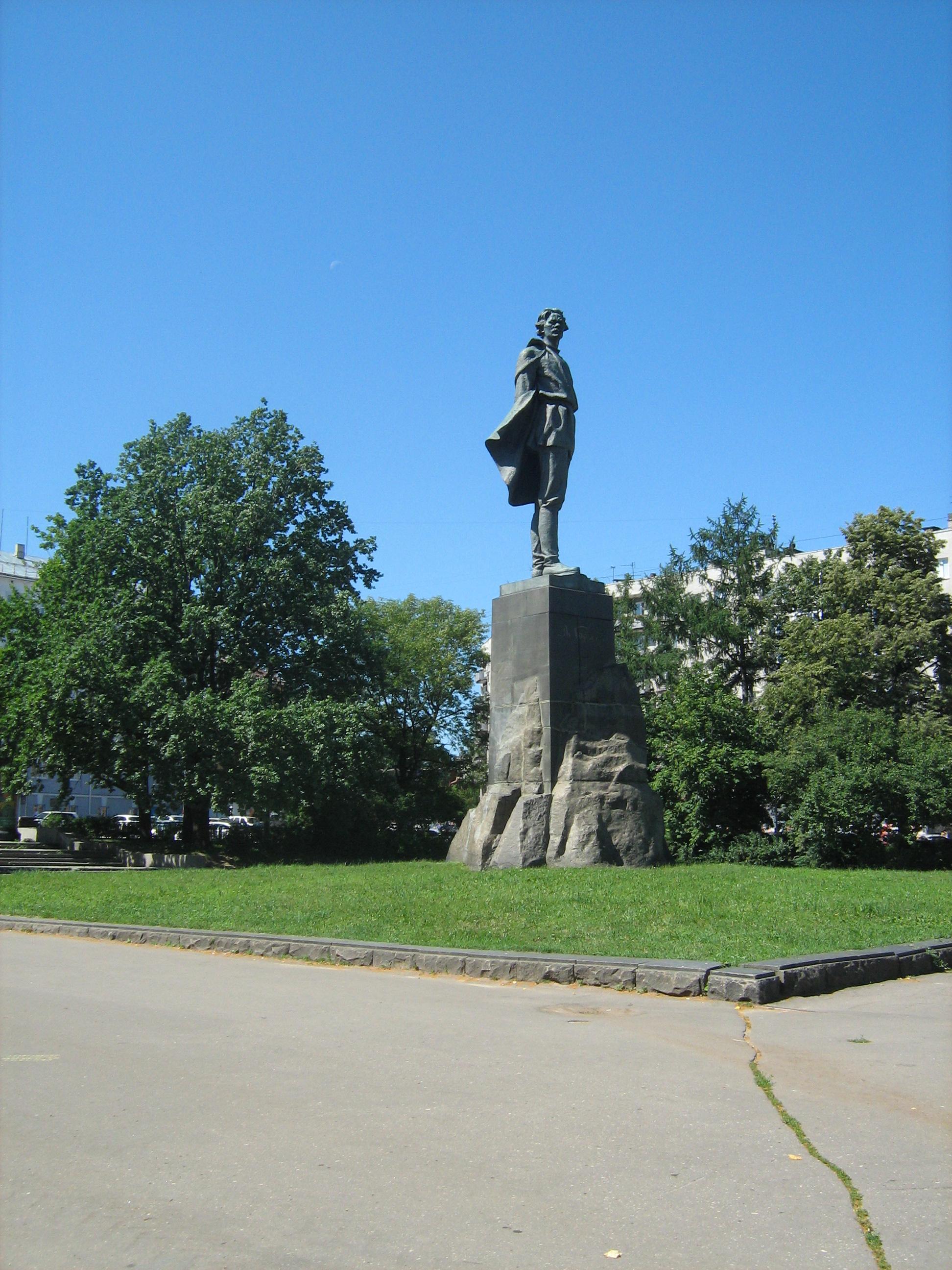 Памятник Алексею Максимовичу Горькому на площади Горького посреди города Горький
