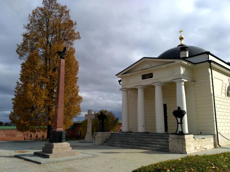 Слева от входа установлен белый мраморный крест над символической могилой генерала, тело которого так и не было найдено. По центру – обелиск в память погибших в Бородинском сражении православных воинов.