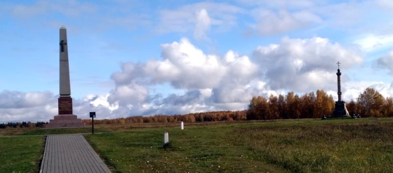 Справа - памятник лейб-гвардии Артиллерийской бригаде, слева - прикрывавшим её позиции гвардейцам Измайловского полка. Вместе они обороняли позиции на левом фланге, у деревни Семеновская, о которые несколько часов безуспешно бились волны атак французской кавалерии и пехоты