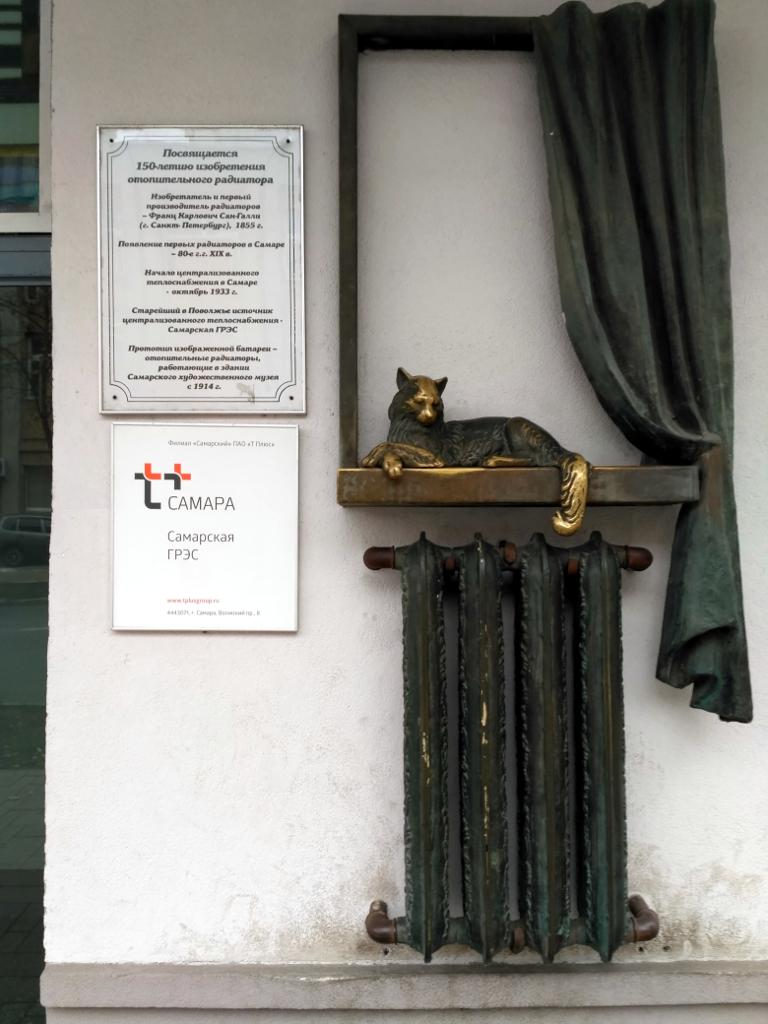 Не знаю, как у вас дома, а у меня тоже такой памятник есть. Только без кота…