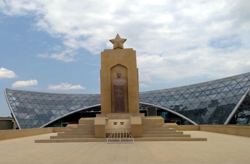 Памятник Дважды Герою Советского Союза, 34-х летнему танкисту, генерал-майору Асланову, погибшему в январе 1945 года, стоит на одном из красивейших и почетнейших мест Баку – в Нагорном парке и открывает пантеон национальных Героев Азербайджана