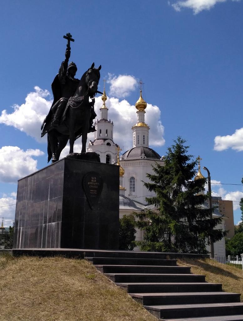 Орел. Памятник основателю города Ивану Грозному. На заднем плане – Богоявленская церковь, главный храм Орловской крепости
