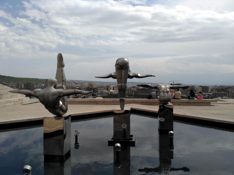 """""""Прыгуны в воду"""" на Ереванском """"Каскаде"""" – одном из живописнейших мест города"""