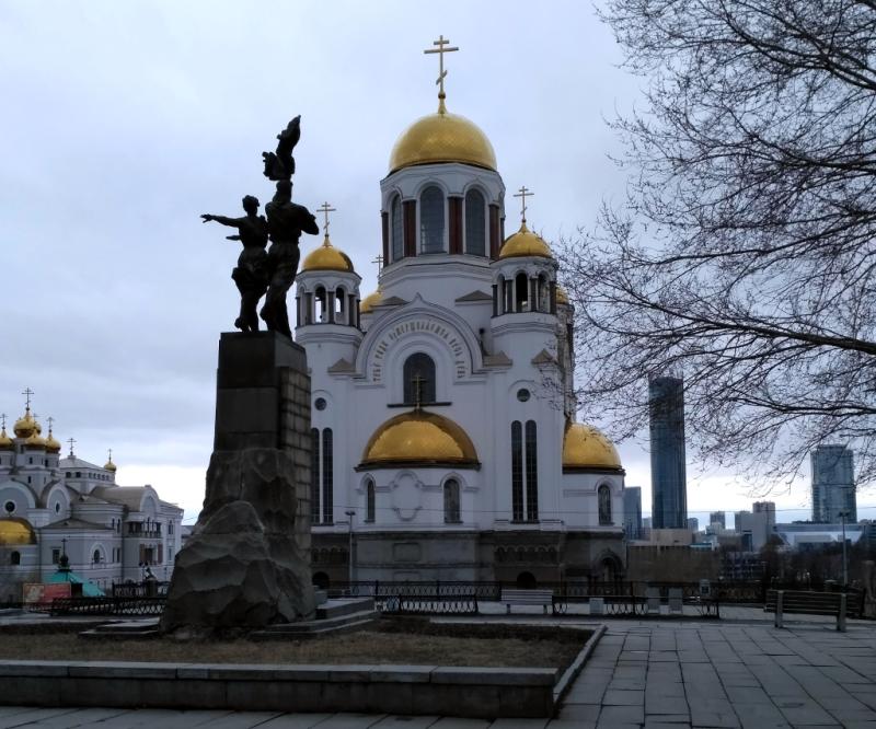Жутко пафосный екатеринбургский памятник Комсомолу Урала сильно выигрывает от соседства с двумя соборами – современным Храмом на Крови…