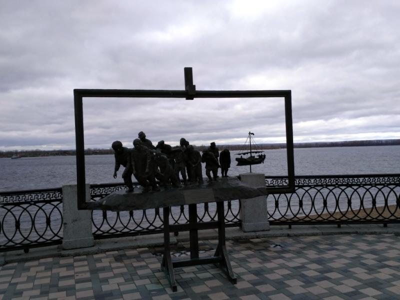 Репинские бурлаки без выходных и праздников, не обращая внимания на время суток и время года, тянут барку вдоль самарской набережной…