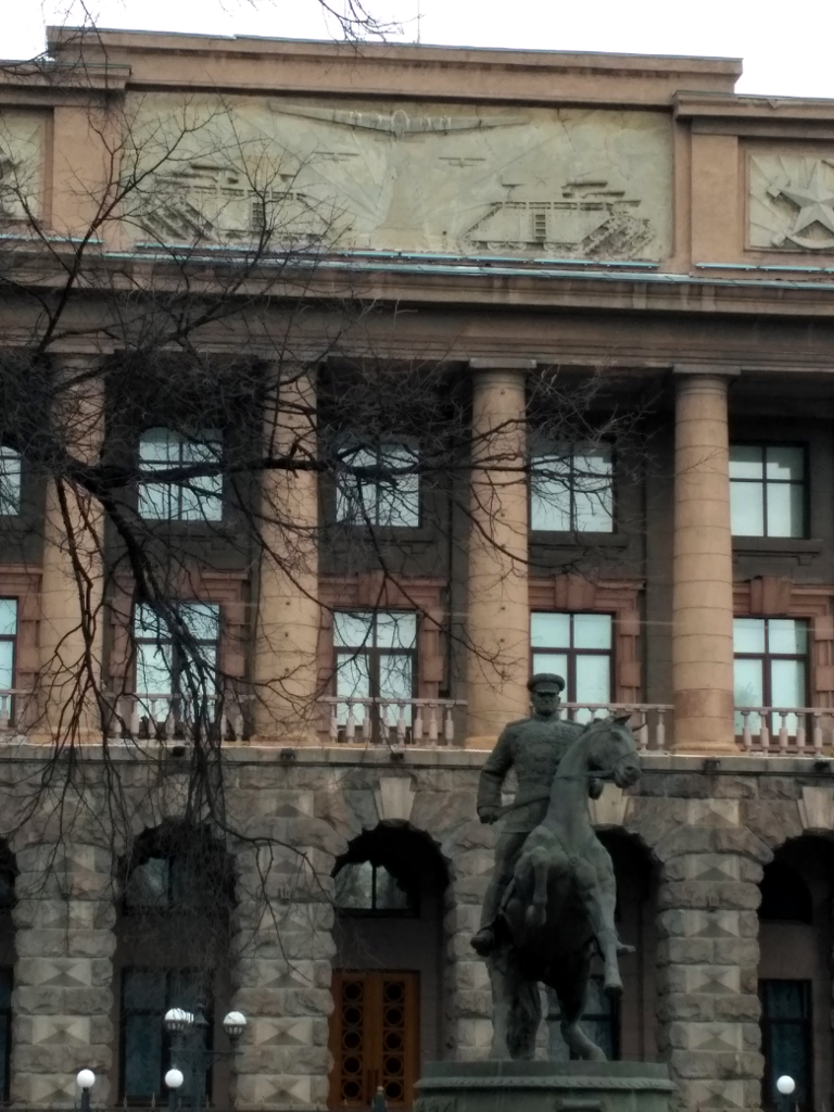 """Жуков он, что в Екатеринбурге, что в Москве, что в Твери – везде Человек-Скала! А вот таких замечательных """"танчиков"""", как на фронтоне здания штаба Центрального военного округа, нигде, кроме Екатеринбурга, боюсь, вы не найдете"""