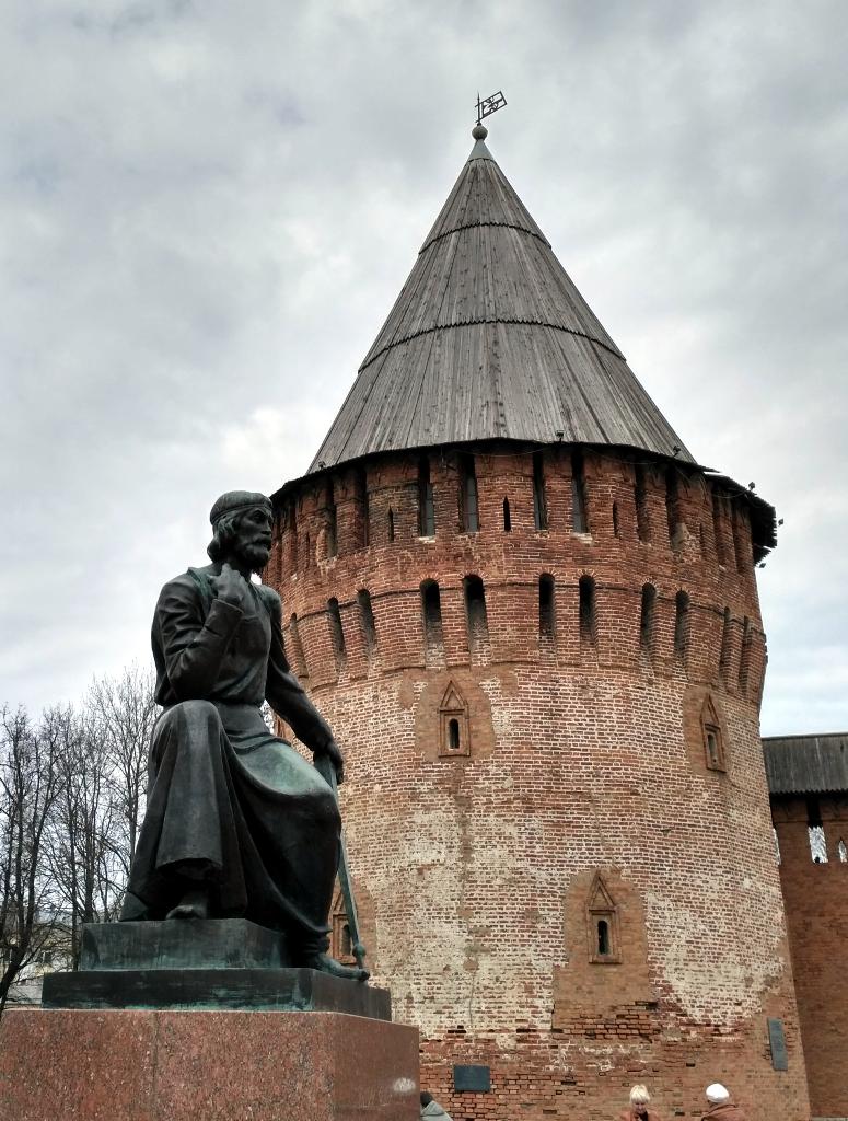 Федор Конь на фоне собственноручно построенного грандиозного памятника — стены Смоленской крепости
