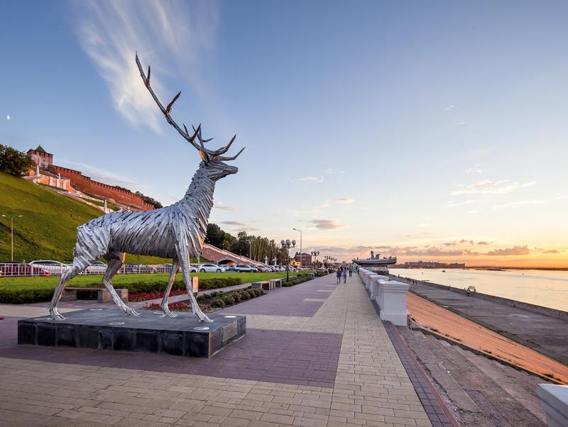 Металлический нижегородский Олень очень соответствует духу города. Хоть и не похож на знаменитого оленя с капота 21-й Волги. А жаль! (фото с сайта nnwelcome.ru, моё совсем не получилось)