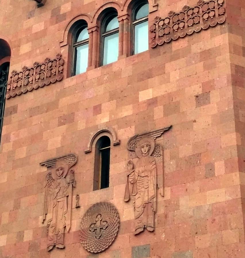 Ереван. Чистота и простота фасада армянской церкви только подчеркивает тонкость и красоту узора