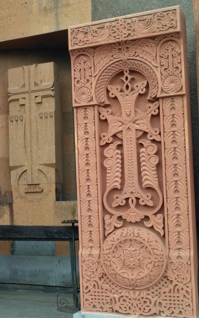 Ереван. Фантастические резные каменные кресты – обязательный атрибут любой армянской церкви